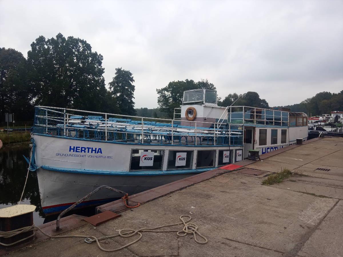 Hertha am Kai der Werft Malz